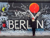 Pili frente a un grafiti del muro en el East Side Gallery, Berlín
