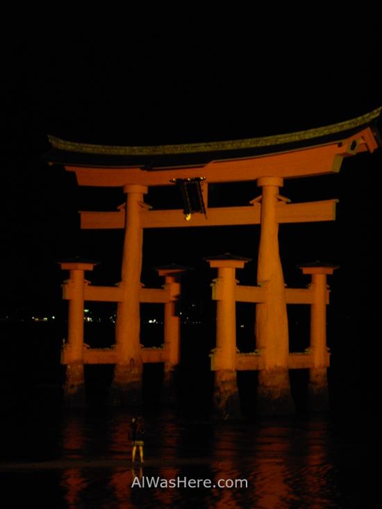 El Torii iluminado de noche