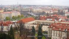 Vista de Mala Strana en primer término y Stare Mesto al fondo desde las rampas que suben al Castillo