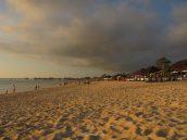 Jimbaran es un buen sitio para la puesta de sol. Todas las mesas son de restaurantes de marisco