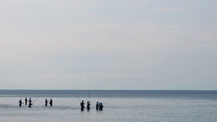 Pescadores en Padang Padang, que como se puede apreciar, es muy poco profunda