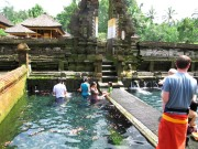 Gente practicando baño purificador