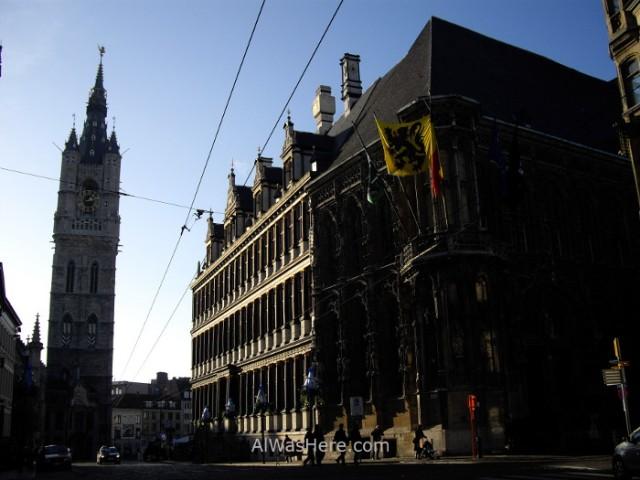 El Ayuntamiento (Stadhuis) a la derecha y el campanario (Belfort) al fondo en Belfortstraat Gante Belgica. Town hall belfry ghent belgium