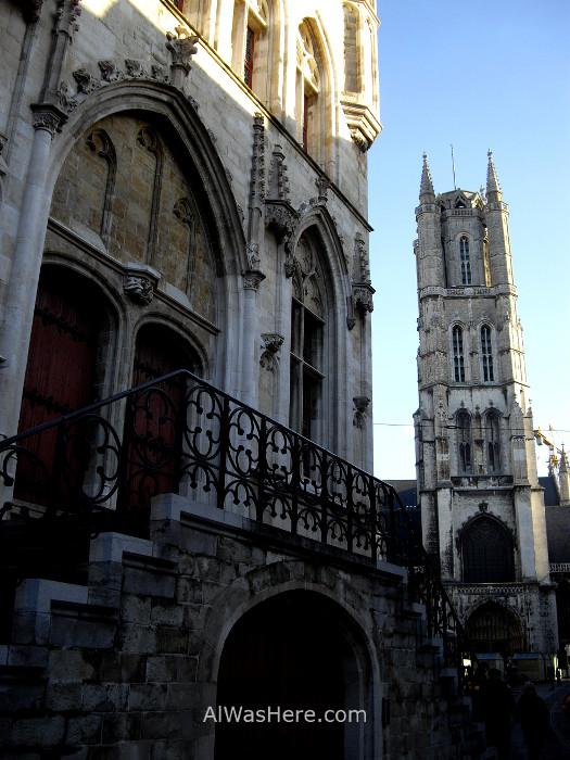 La entrada al campanario en primer término y al fondo la torre de la catedral de San Bavo Gante Belgica. Entrance Belfry tower cathedral ghent belgium