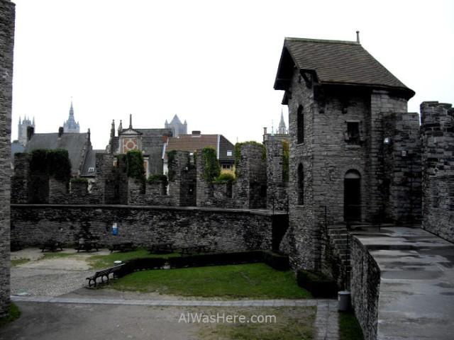 Patio del castillo medieval de Gante (Gravensteen) belgica. Castle courtyard Ghent Belgium