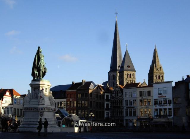 7. Vrijdagmarkt e iglesia de Santiago (Sint-Jacobskerk) Gante Belgica. St James Church Ghent Belgium