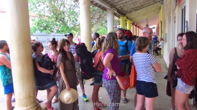 1. Cola en agencia de viajes en Viñales, cuba. Queue line travel agency Vinales