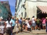 En la mitad de la cola con gesto de desesperación para cambiar en la cadeca, a pleno sol durante una hora en el centro de La Habana