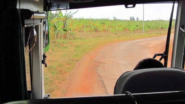 8. autobús circulando parcialmente por el arcen de tierra Cuba