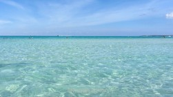 El agua es cristalina y no cubre. Es perfecta