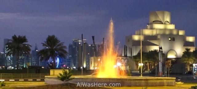 Doha 1. El Museo de Arte Islamico (MIA) y al fondo los edificios del West Bay, Doha, Catar. Museum of Islamic Art, Qatar