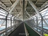 El carril bici y peatonal bajo el puente Innoshima
