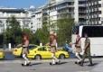 Taxis esperando a recoger turistas tras el cambio de guardia