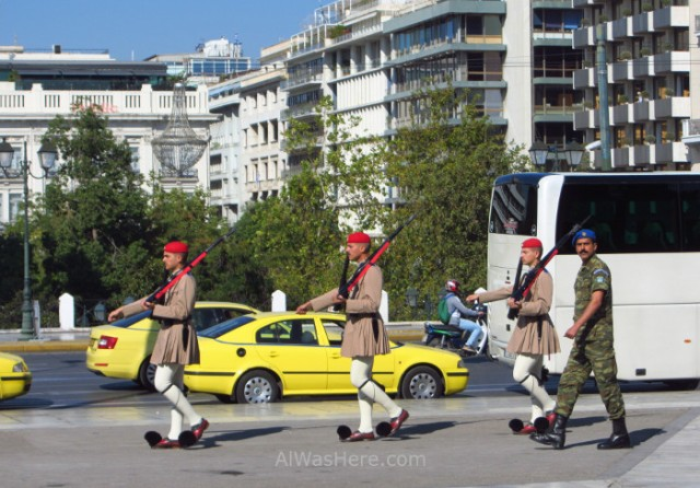 Atenas 2. Taxis esperando a recoger turistas tras el cambio de guardia. Change guard, Athens