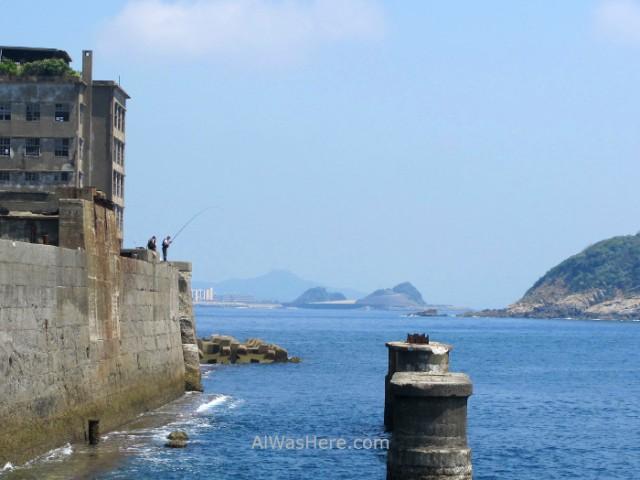 Hashima Gunkanjima 16. Pescadores en el muro exterior. , Nagasaki, Japon. Fishermen outer wall, Japan