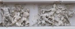 Detalle del friso. La figura femenina de la derecha representa a Atenea sujetando del pelo a Alkyoneo
