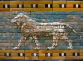 Detalle de relieve de un león del pasillo procesional