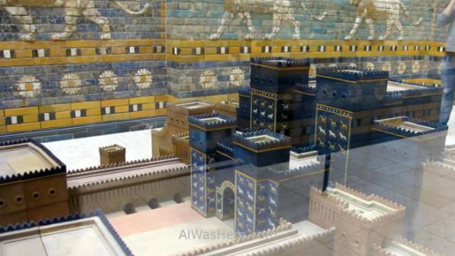 PERGAMO MUSEO 9. puerta de ishtar Babilonia, Mesopotamia. Gate Babylon blue bricks ladrillos azules maqueta model Pergamon museum Berlin alemania Germany