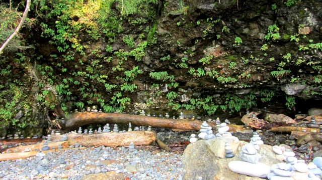 Juan de Fuca 10. Torres de piedras Mystic Beach Marine Trail, Isla de Vancouver, Columbia Britanica, Canada. British, Island stone towers