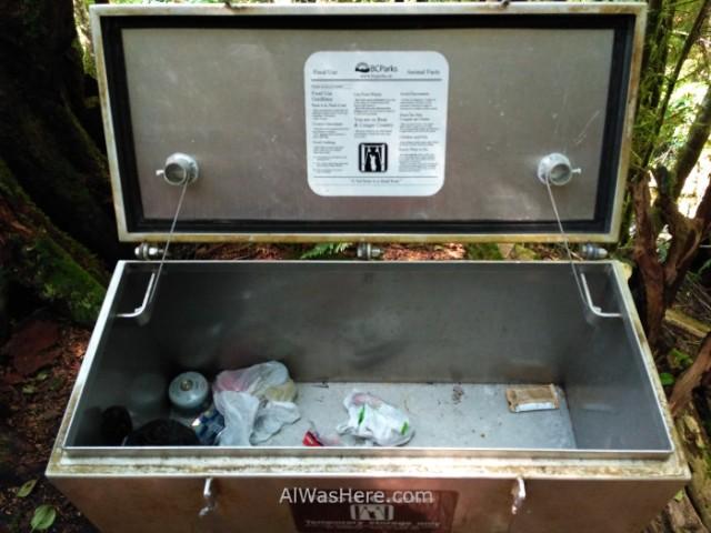 JUAN DE FUCA 7. Contenedor comida y basura para osos, Juan de Fuca Marine Trail, Isla de Vancouver, Columbia Britanica, Canada. Island, British. Container for trash, bears