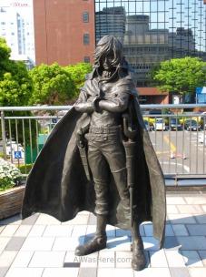 El Capitán Harlock indica el camino al Museo del Manga de Kitakyushu, junto a la estación de Kokura