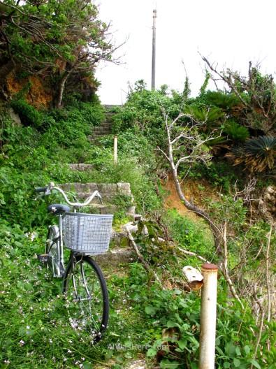Bicicleta aparcada en un camino en Yoron-to, Japón