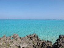 Vista del mar y rocas entre Kuro Hana Kaigan y Kaida Kaigan