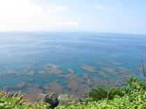 Costa entre Maehama y Hakibina. Al fondo se aprecia la Isla de Okinawa