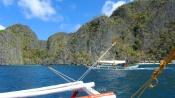 Nuestro bangka pasando frente a otro en la Isla de Coron