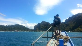 Dos marineros en la proa, a punto de llegar a El Nido