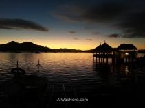 Vista de la puesta de sol desde el Sea Dive Resort, con La Sirenetta a la derecha