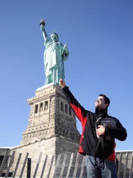 Haciendo el ganso frente a la Estatua en su pedestal. La cerca de madera está siendo sustituida actualmente por otra más sólida