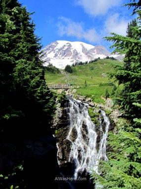 La catarata Myrtle y el Monte Rainier al fondo