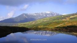 Montañas reflejadas en un lago en el Parque Nacional Daisetsuzan, Hokkaido