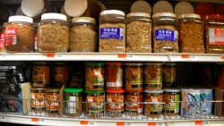 Tienda de productos chinos con todas las etiquetas en chino