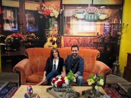 En NoLiTa se abrió con motivo del 20 aniversario de la serie Friends una cafetería temática, y coincidió que estábamos allí. Apenas era el decorado de la foto y algunos objetos de la serie, pero nos alegramos de haber ido. Lamentablemente, solo estuvo abierta durante un mes en 2014