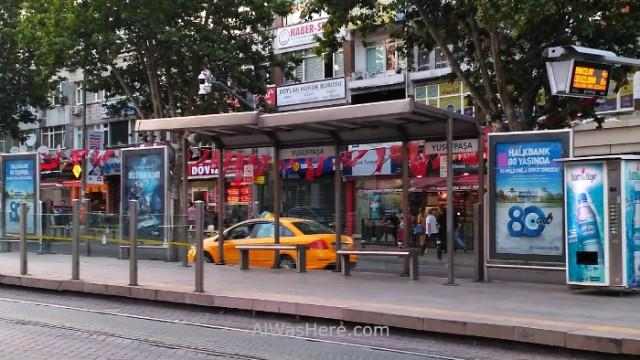 Estambul como desplazarse 8. Parada de tranvia y taxi. Tram stop Istanbul