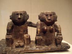 """Me encantan las esculturas simpáticas, en este caso del Pacífico. La de la izquierda estaba pensando """"que ganas tengo de ver como queda la escultura"""" y la de la derecha """"a ver si termina ya..."""""""