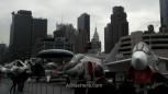 De derecha a izquierda, los 3 primeros son un F8K del 57, un F4N Panthom del 60 y un E1B del 58. al fondo se puede ver el Empire State Building