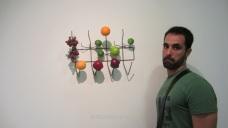 Con una escultura moderna en el Museo Guggenheim de Nueva York