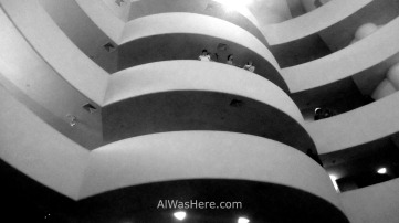 La escalera circular da la forma exterior del museo