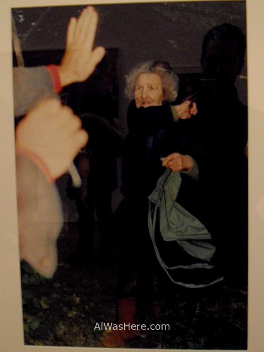NUEVA YORK MUSEOS ARTE MODERNO 7. MoMA museum New Mujer mayor vieja paraguas woman old umbrella