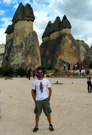 Con algunas chimeneas en las que se aprecian los tres tipos de roca que las componen