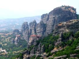 Tres monasterios sobre peñascos, a la izquierda de la imagen, en el centro y en la parte superior derecha, Meteora