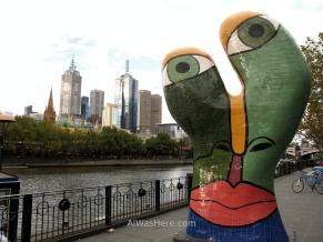 Escultura moderna junto al río Yarra, Melbourne