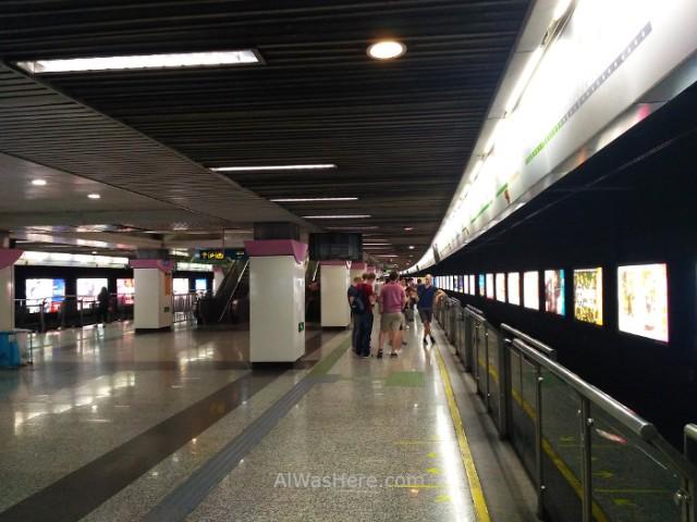 Shanghai metro station estación