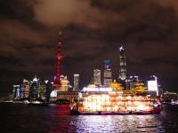 Un crucero nada discreto pasando ante a los rascacielos de Pudong