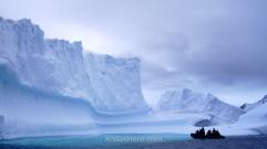 Lancha junto a un iceberg en Lemaire, Antártida