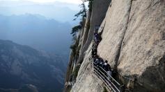 La entrada a las planchas de madera (que se pueden ver en la parte inferior de la imagen), consideradas por muchos el sendero más peligroso del mundo, Monte Hua, China