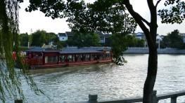 Bote turístico en el canal principal de Suzhou
